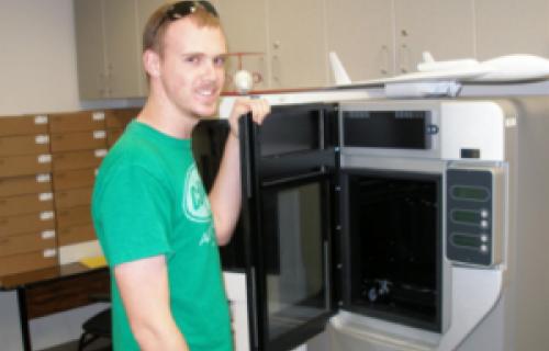 Des étudiants réalisent des tests en soufflerie sur des maquettes d'avions