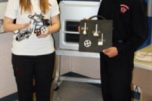 Des étudiants impriment des pièces de robots